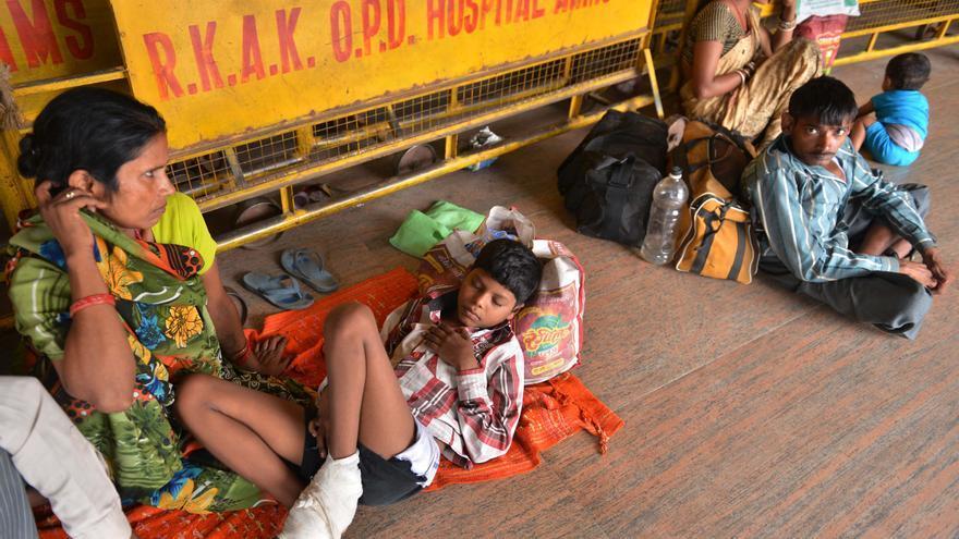 Pacientes y familiares esperan en los pasillos externos de un hospital de Nueva Delhi.