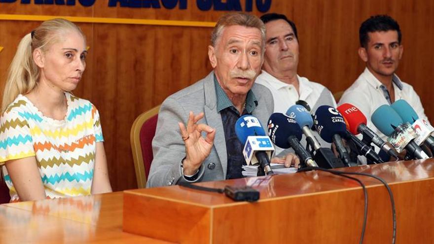 Marcos García Montes, junto a la madre de Yéremi Vargas, el abuelo y el padre del niño, en la rueda de prensa