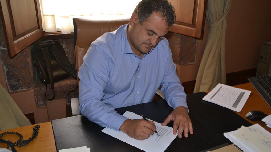 El alcalde, José Alberto Díaz, durante la firma de las nuevas asignaciones del grupo de gobierno./ CEDIDA