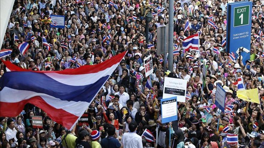 Los manifestantes marchan para ocupar más oficinas del Gobierno en Bangkok