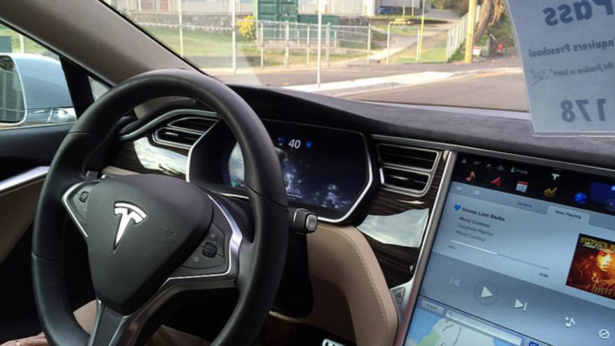 Un coche de Tesla con sistema de ayuda a la conducción estuvo involucrado en un accidente mortal