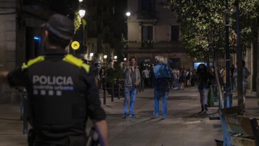 Archivo - Agentes de la Guardia Urbana de Barcelona, frente a jóvenes en ambiente festivo, a 22 de mayo de 2021, en Barcelona, Catalunya (España). La Guardia Urbana de Barcelona, en un operativo conjunto con los Mossos d'Esquadra, han desalojado a un tota
