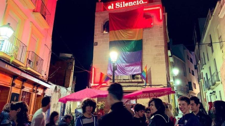 Concentración a las puertas del  bar 'El Silencio'  de Badajoz