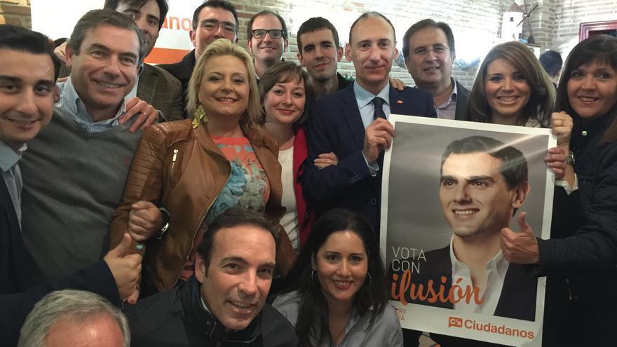 El candidato de Ciudadanos por Valencia, Vicente Ten, junto a su equipo en el inicio de campaña
