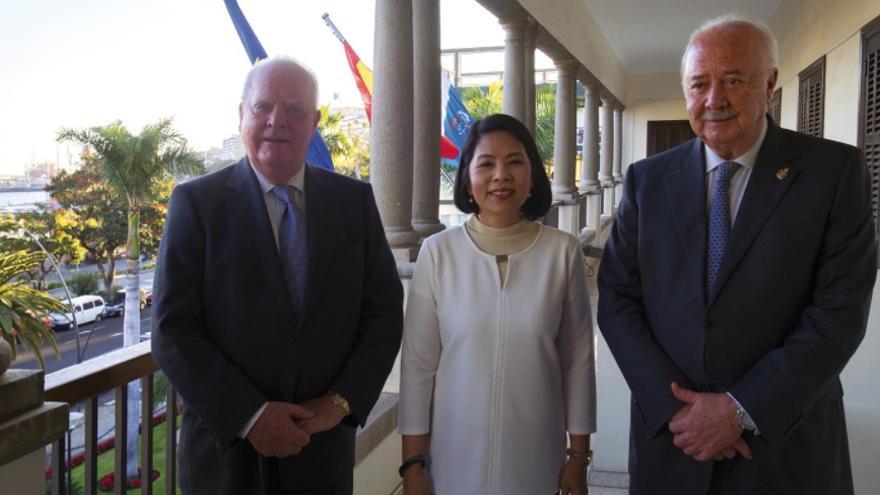 De izquierda a derecha, Wolfgang Kiessling (cónsul general de Tailandia), Rattikul Chansuriya y Ricardo Melchior