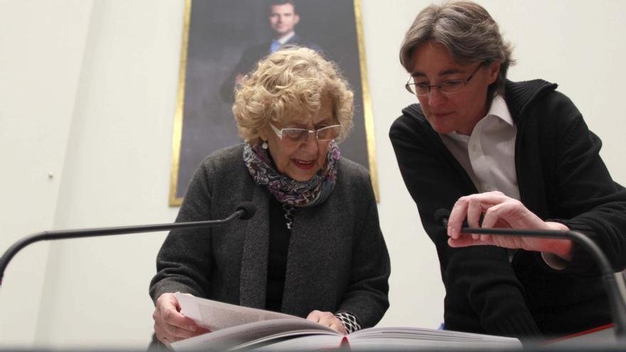 La alcaldesa Mauela Carmena y Marta Higueras durante una jornada de puertas abiertas en el ayuntamiento de Madrid.