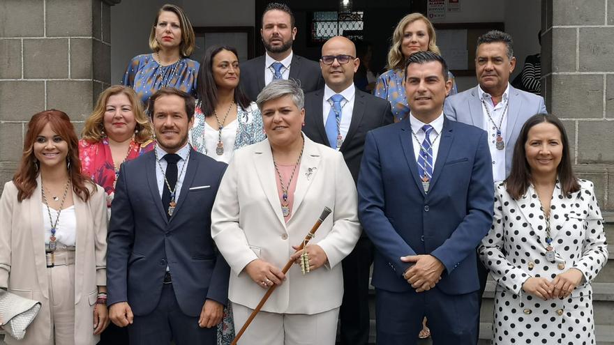 Noelia García, alcaldesa del Ayuntamiento de Los Llanos de Aridane, tras la toma de posesión del cargo, con el grupo de Gobierno del PP.