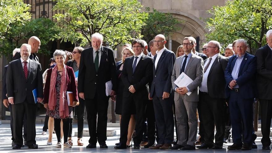 """Puigdemont recibe a 30 diputados internacionales que seguirán la votación """"sobre el terreno"""""""