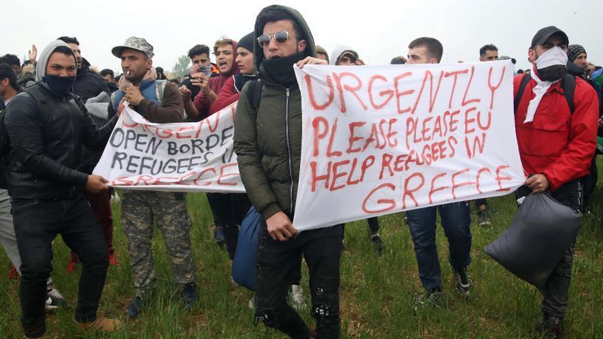 Refugiados e inmigrantes protestan cerca de un campo de refugiados en el pueblo de Diavata, al oeste de Tesalónica, en el norte de Grecia, 06 Abril 2019. Los refugiados se reunieron en campos o apartamentos de alquiler por toda Grecia creyendo en un falso rumor que se propagó a través de los medios sociales de que las fronteras entre Grecia y Macedonia del Norte se abrirán para ellos. Las autoridades griegas de migración tratan de convencerlos de que regresen a sus lugares de alojamiento. Los refugiados están desesperados debido a la lentitud del procedimiento de examen de su registro.
