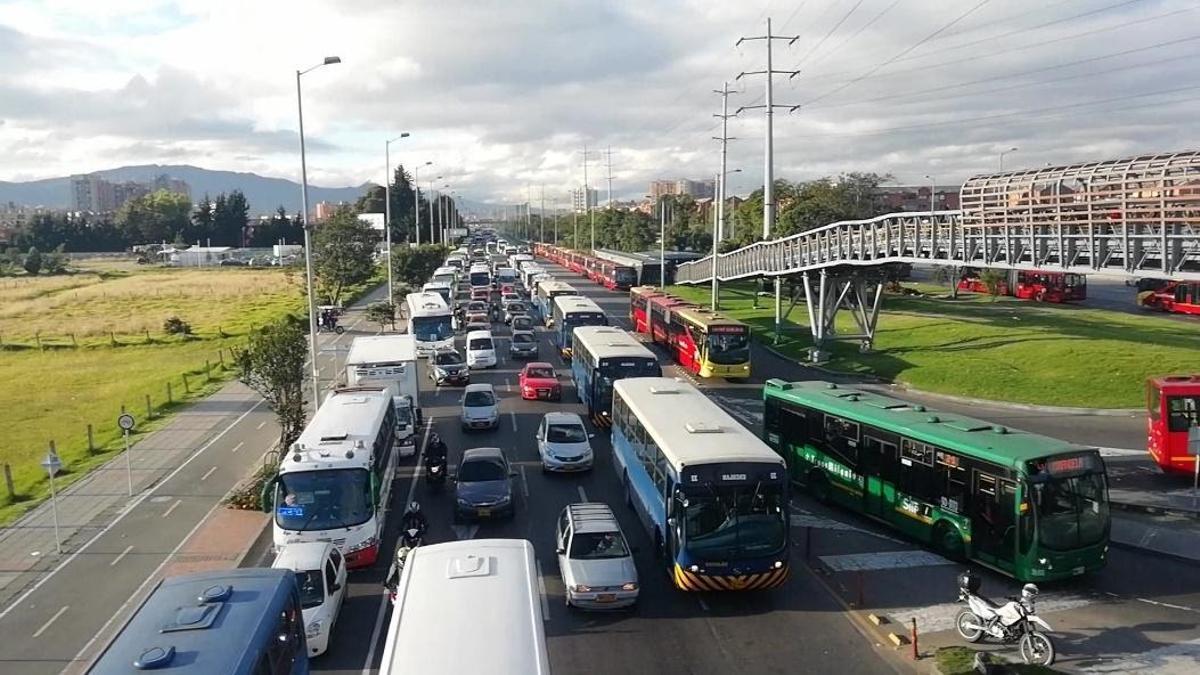 El carril escolar en la Autopista Norte en Bogotá.