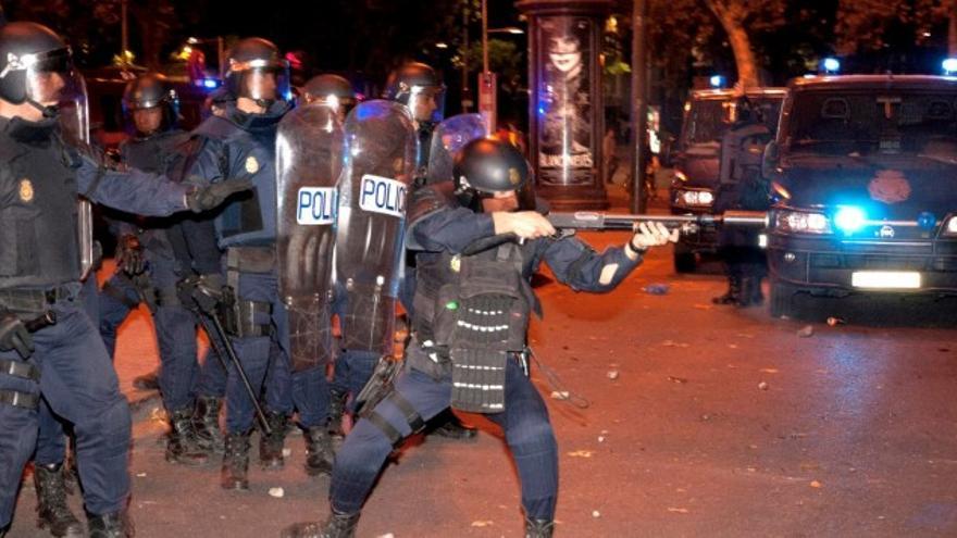Un antidisturbios dispara junto al Congreso el pasado octubre. Foto: Efe