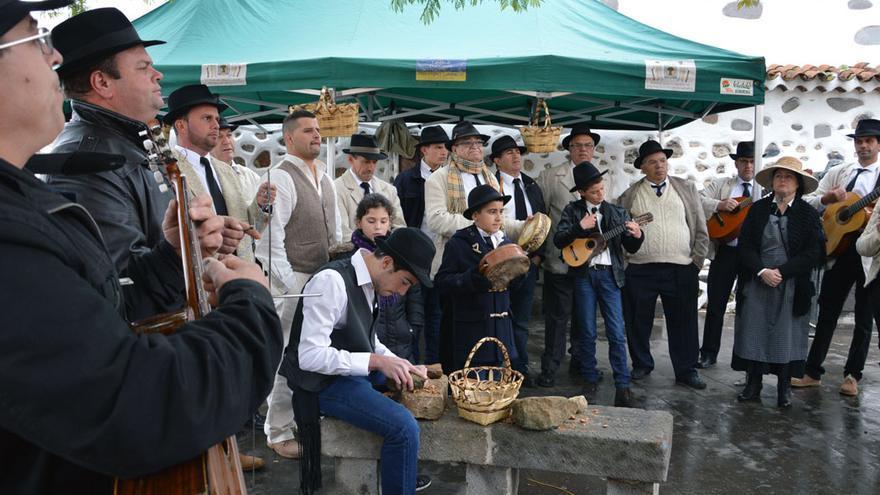 En Valsequillo se parten las almendras durante las fiestas (NATALIA RAMOS)