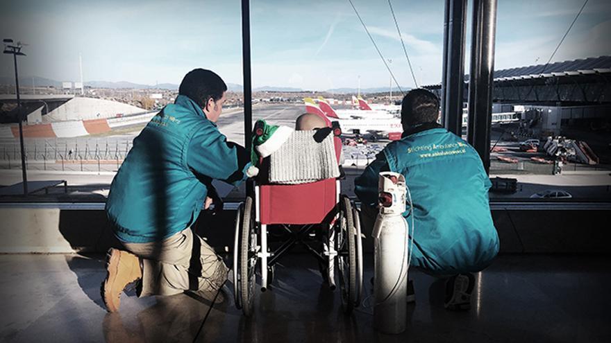 El niño que pudo viajar a Ecuador para pasar sus últimas navidades en familia contempla los aviones antes del embarque.