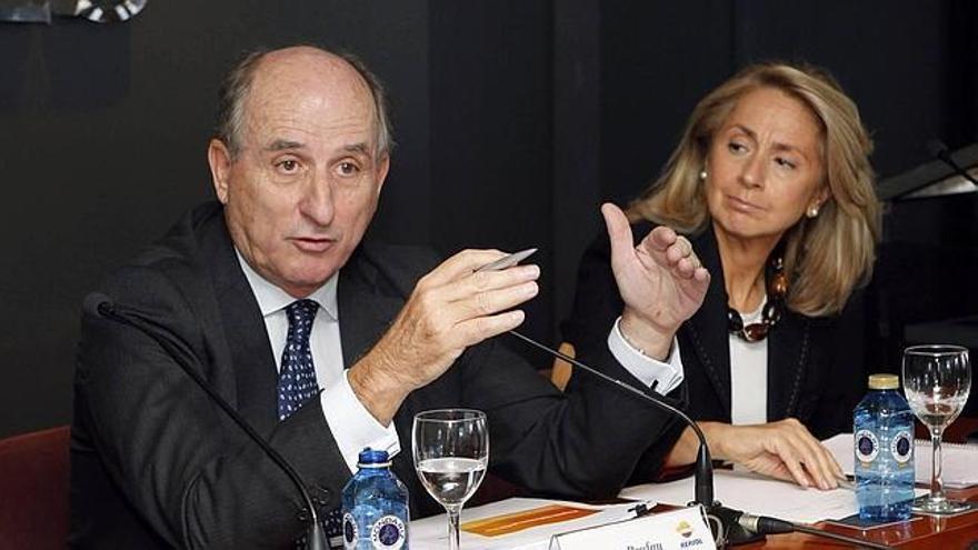 Antonio Brufau y Begoña Elices, en una rueda de prensa en Las Palmas de Gran Canaria. (EFE)