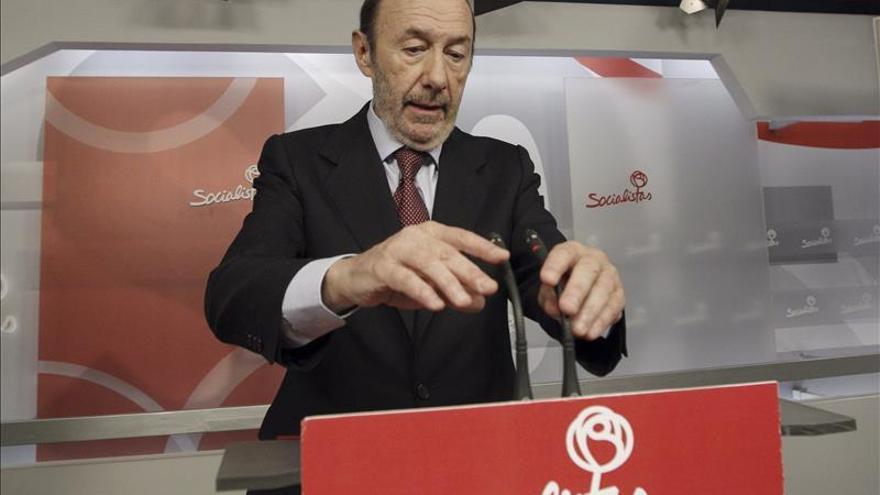 Rubalcaba dice que el PSOE no va a romper el consenso constitucional sobre la Monarquía