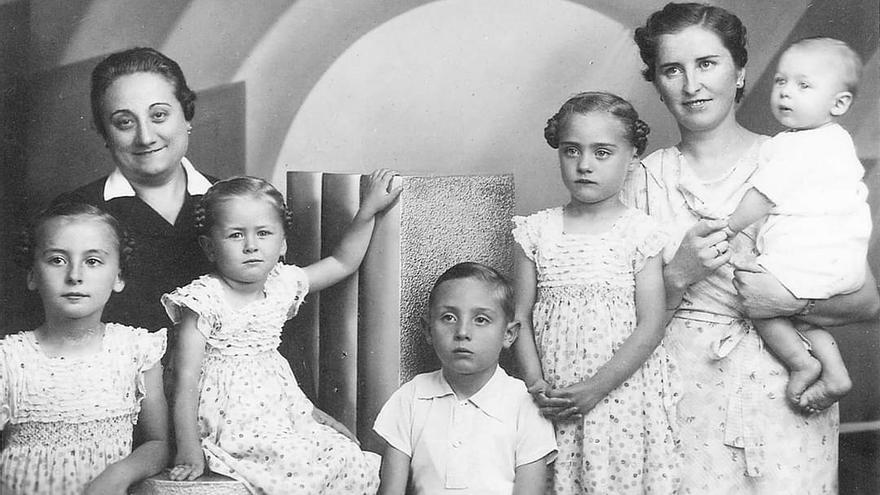 María Dolores Puesta, la tercera por la derecha.