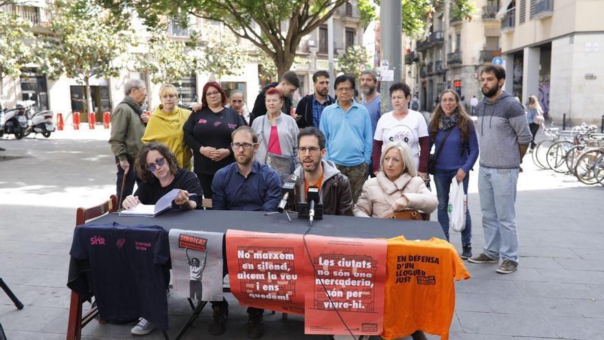 Palomera, segundo a la derecha, y otros inquilinos en una rueda de prensa