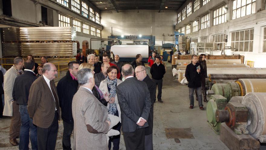 Las autoridades asisten a la puesta en marcha de Nueva Papelera del Besaya en diciembre de 2010.