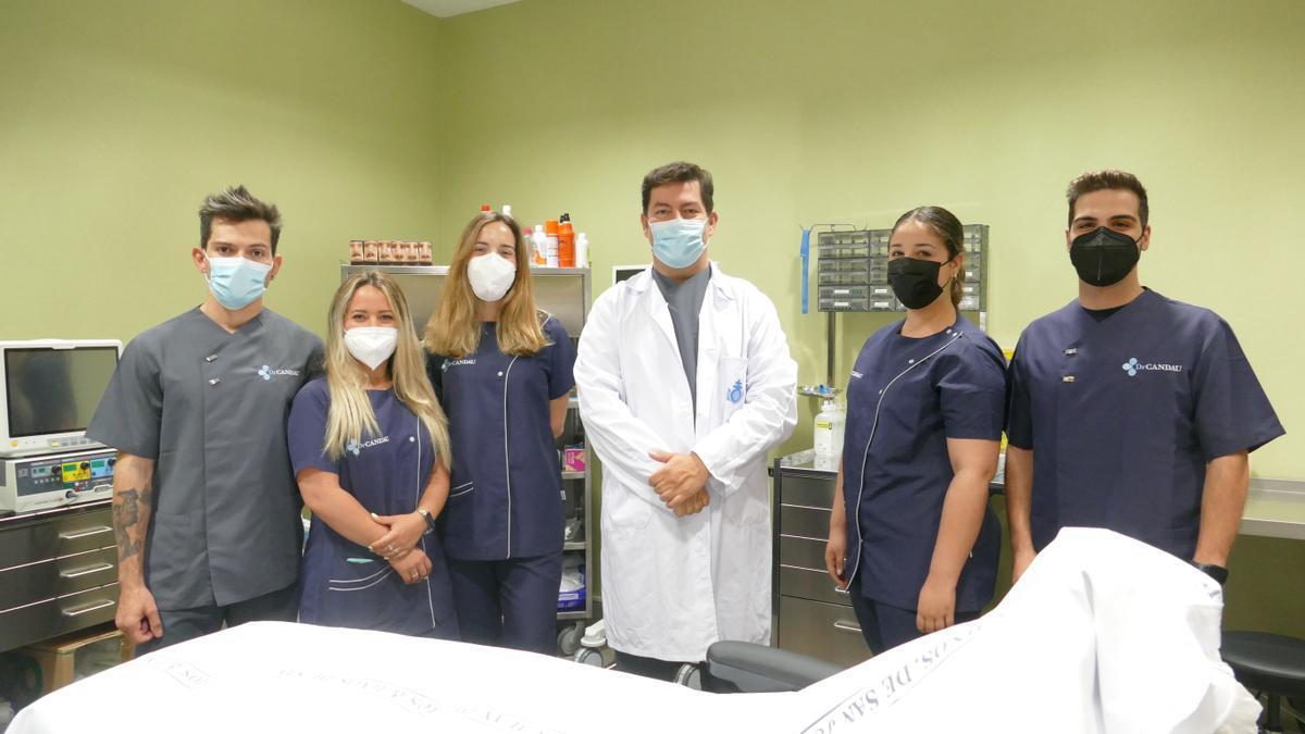 El doctor Alberto Candau junto a su equipo