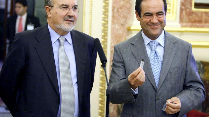 """El presidente del Congreso de los Diputados, José Bono , sostiene en su mano un """"pen drive"""" o lápiz de memoria, que contiene las cuentas para 2009"""