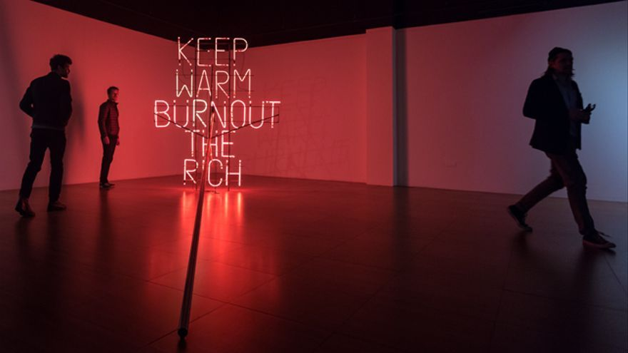 'Keep warm, burn out the rich',una de las obras expuestas en  'La précarité notre triomphe'.