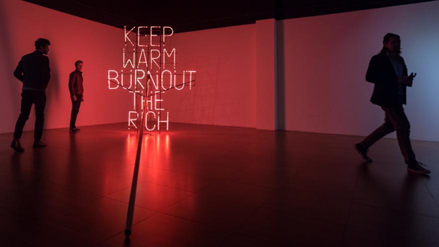 'Keep warm, burn out the rich',una de las obras expuestas en  'La précarité notre triomphe'.