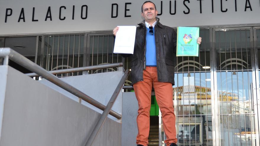 El secretario general de Cámbialo, a la salida de los juzgados tras presentar denuncias contra la Ley Electoral.