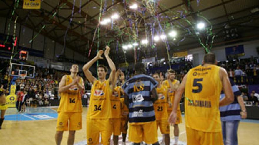 La plantilla del 'Granca', correspondiente la temporada pasada, celebra una victoria sobre el CB Murcia. (QUIQUE CURBELO)