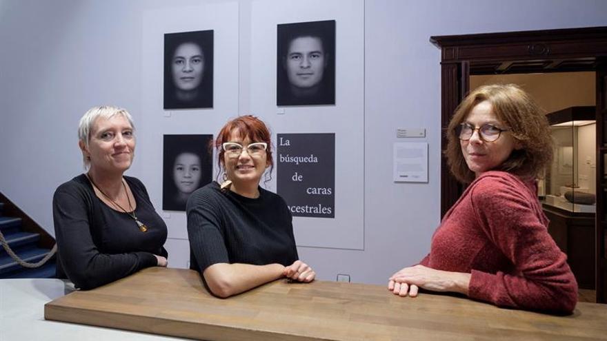 """La directora del Face Lab de la Universidad John Moore de Liverpool (Reino Unido), Caroline Wilkinson (i); la doctora canaria María Castañeyra-Ruiz (c); y la fotógrafa británica Francesca Phillips (d), son las responsables de la exposición que se inaugura hoy en el Museo Canario de la capital grancanaria """"La búsqueda de las caras ancestrales"""", que muestra 50 retratos de habitantes actuales de Canarias que se confrontan con 50 reconstrucciones faciales realizadas por a partir de cráneos recuperados en yacimientos prehispánicos. EFE/Ángel Medina G."""
