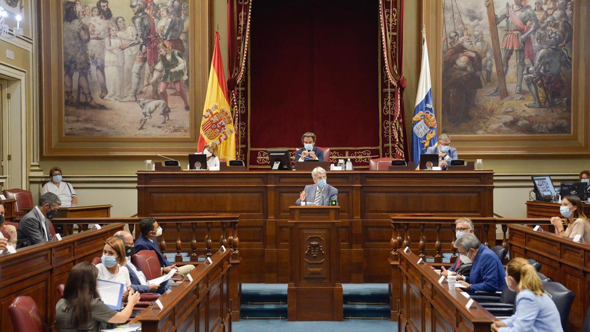 Sesión plenaria en el Parlamento de Canarias