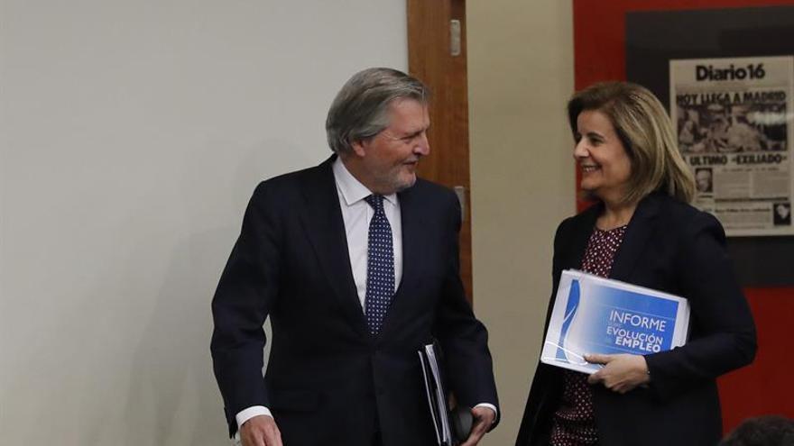 El portavoz del Gobierno, Íñigo Méndez de Vigo, junto a la ministra de Empleo, Fátima Báñez