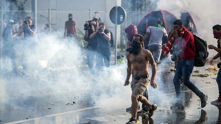 HRW denuncia que Hungría trata de forma violenta y cruel a los refugiados