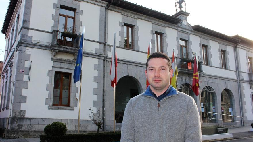 Ramales y Carranza urgen a Fomento la eliminación del paso a nivel entre ambos municipios
