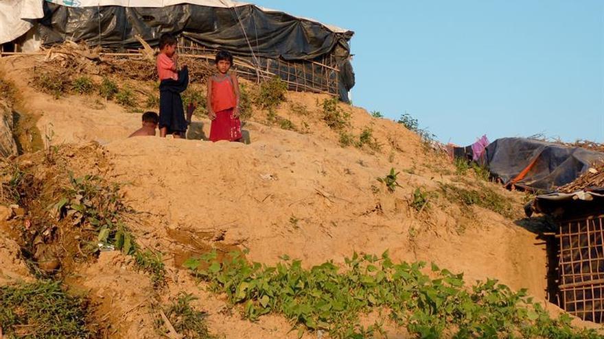 La lucha por la supervivencia de los rohinyás huidos empieza por comer