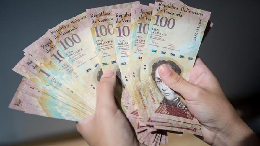 Los venezolanos tendrán otros 10 días para canjear billetes de 100 en los bancos