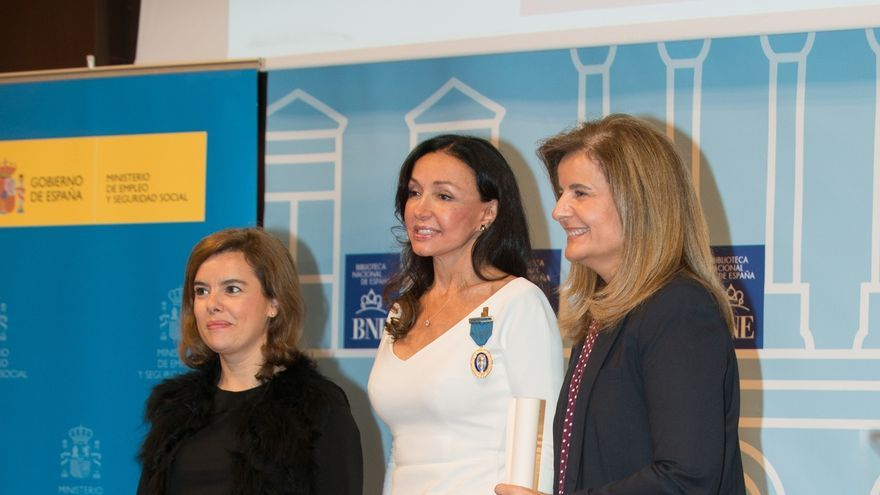 Esther Koplowitz recibe la Medalla de Oro al Mérito en el Trabajo.