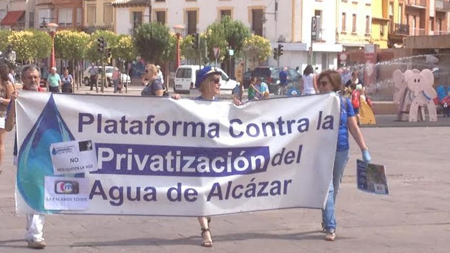 Pancarta Plataforma contra privatizacion Aguas Alcazar / Foto: Javier Robla