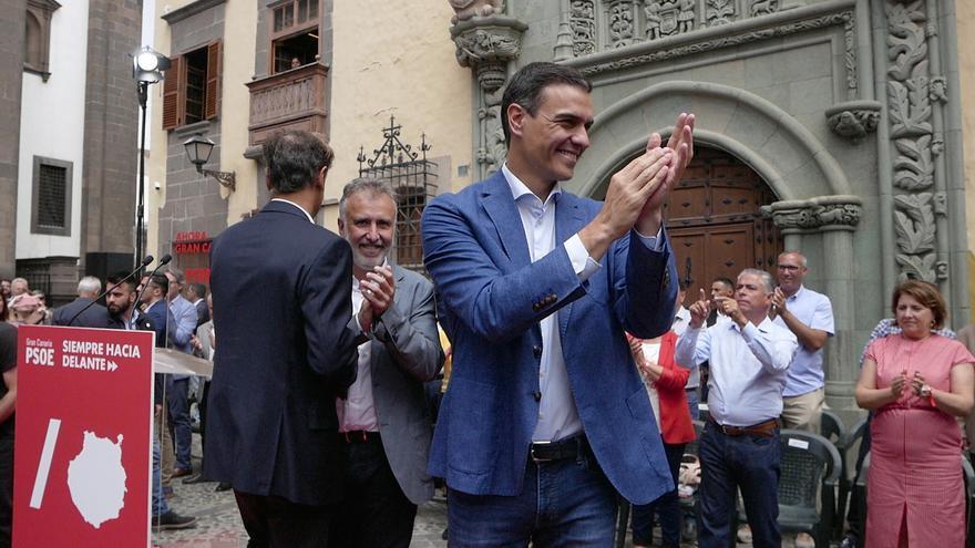 El secretario general del PSOE y presidente del Gobierno en funciones, Pedro Sánchez, interviene en un mitín del partido en la plaza Pilar Nuevo de Las Palmas de Gran Canaria