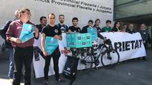 Extrabajadores de Deliveroo en la presentación de una demanda ante los juzgados de Valencia.