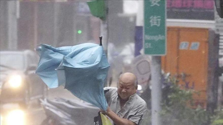El tifón Dujuan provoca cortes de carretera en China tras dejar dos muertos en Taiwán