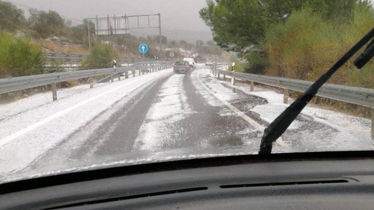 Carretera N-432 llena de granizo a la altura de Espiel