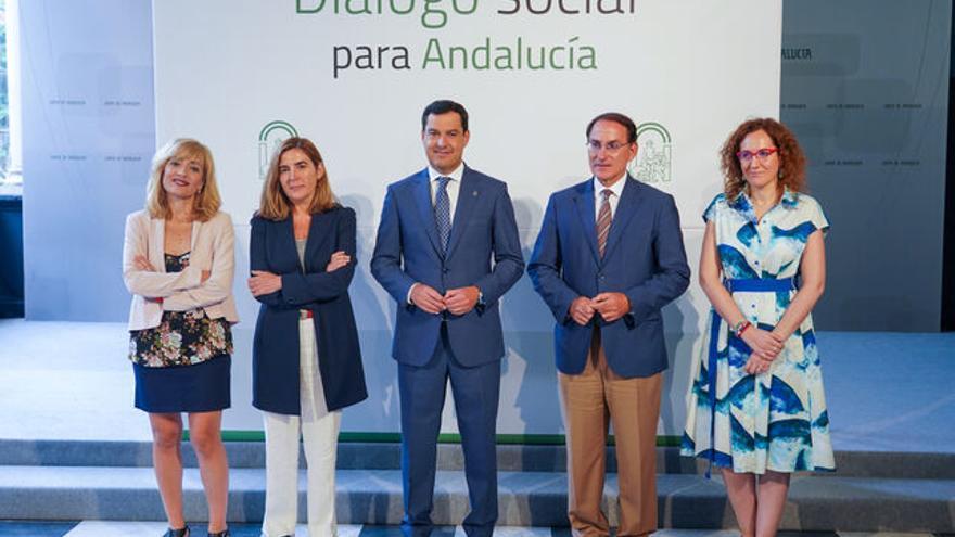 El presidente andaluz, Juan Manuel Moreno, convocó a los agentes sociales, las líderes de UGT y CCOO, Carmen Castilla y Nuria López, el presidente de la patronal, Javier González de Lara, y la consejera de Empleo, Rocío Blanco.