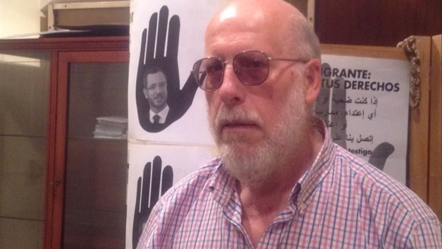 El portavoz de SOS Racismo Araba, Fede García, en los locales de la asociación.