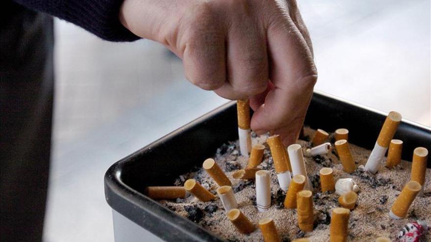 Los expertos recomiendan aumentar el precio del tabaco para reducir el consumo de los jóvenes.