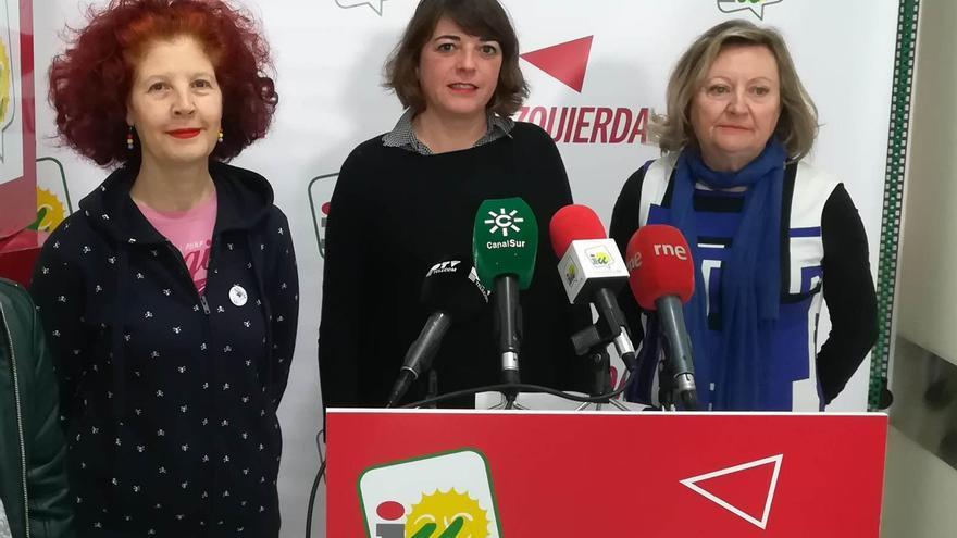 Elena Cortés,en el centro, en una rueda de prensa de IU.