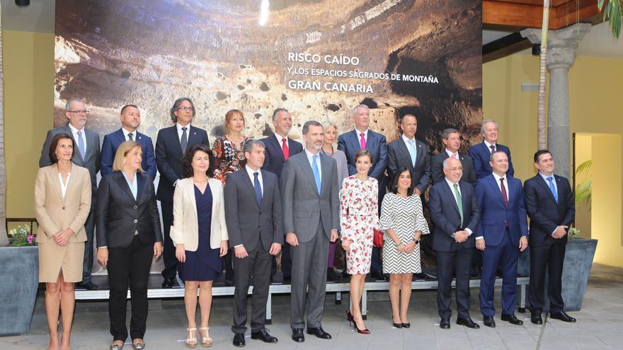 Los reyes durante su visita a la Casa de Colón donde fueron recibidos por el presidente de Canarias, el presidente del Cabildo de Gran Canaria y la presidenta del Parlamento de Canarias, entre otros políticos.