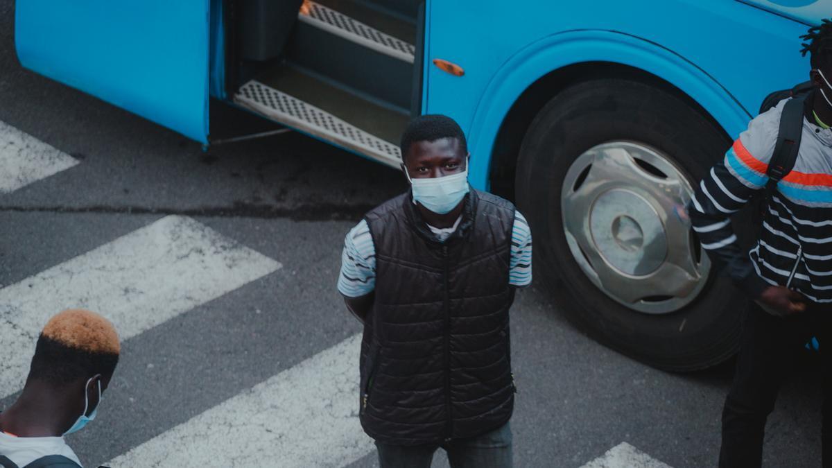 Alioune, a su llegada al aeropuerto Tenerife Norte para ser derivado a la Península