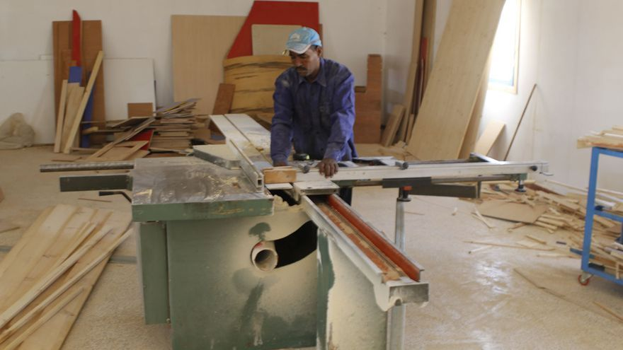 Ali Enelay Mohamed, carpintero en el Centro de Trabajadores de Smara © Ángel L. Martínez