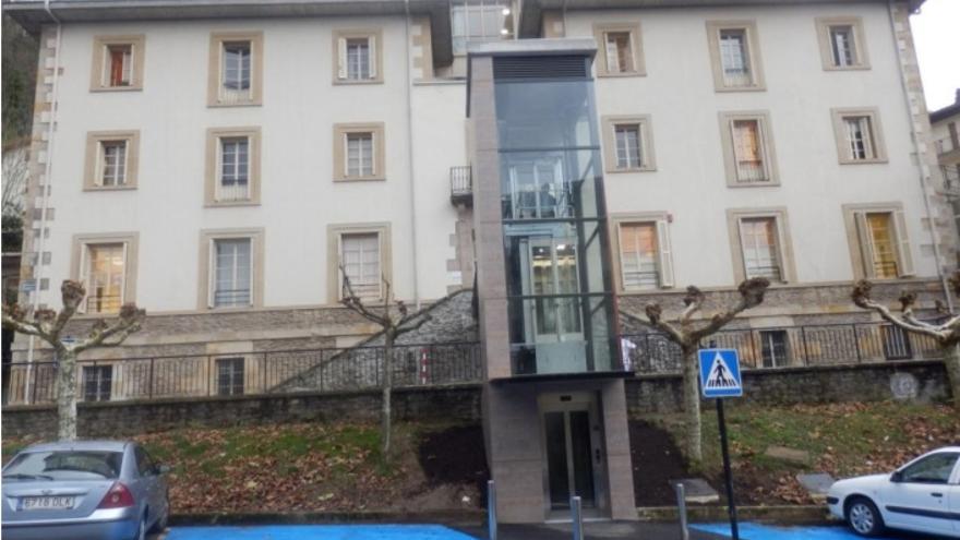Ascensor exterior en acceso a Residencia de ancianos Mizpirualde. Bergara (Gipuzkoa)