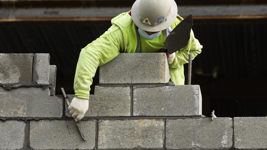 Los solicitudes semanales de subsidio por desempleo bajan a 473.000 en EEUU
